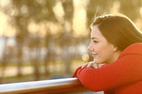 外を眺める笑顔の女性