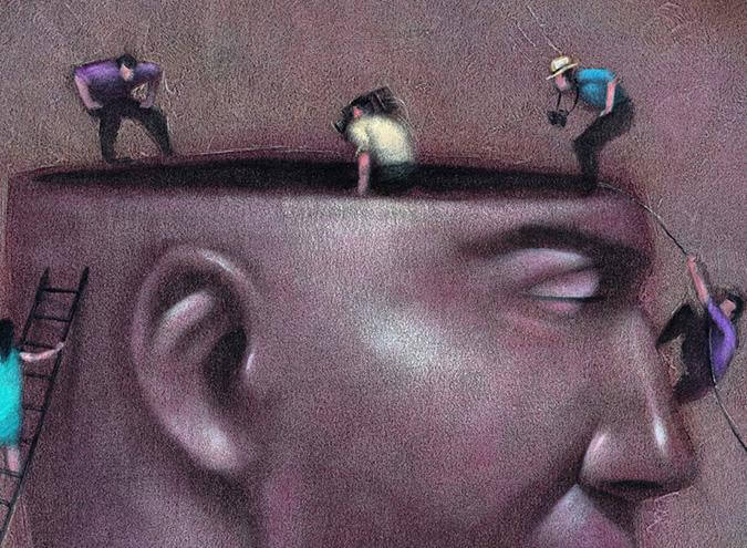銅像の頭に登る人々