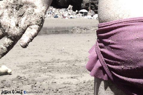 水着と砂浜
