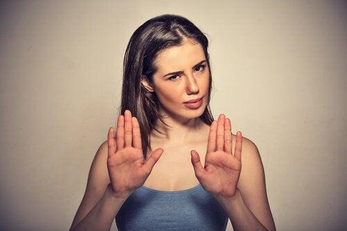 両手でノーを示す女性