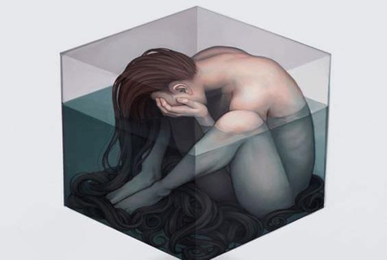 水の入ったキューブに閉じ込められた女性