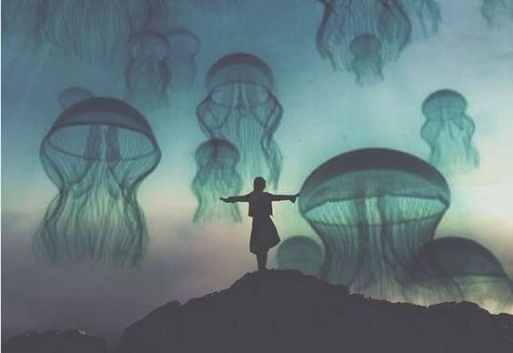空を泳ぐクラゲ
