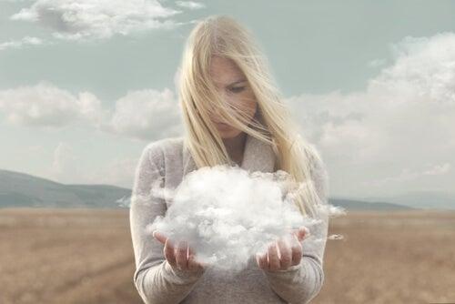 手に雲を持つ女性
