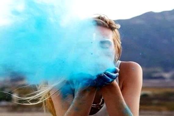 青い粉を吹く女性