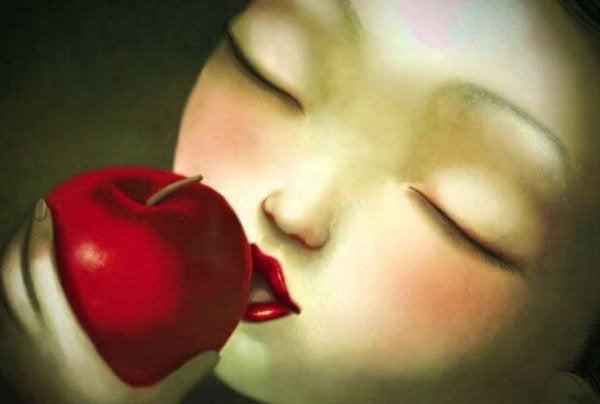 リンゴをかじる少女