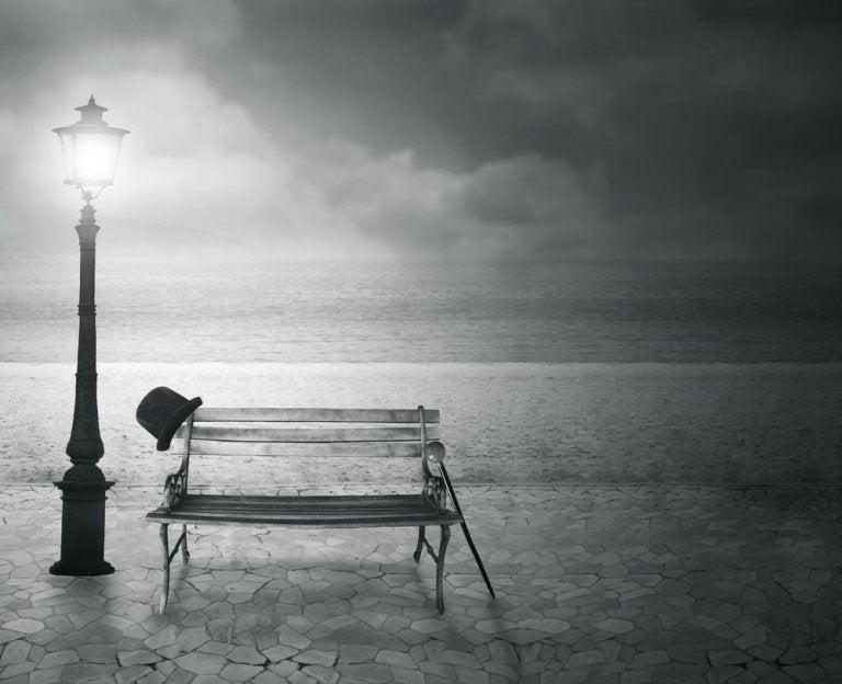 海辺のベンチと街灯