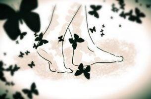 裸足の足と蝶