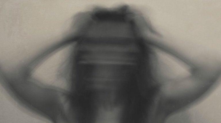 不安な女性のぼやけた影