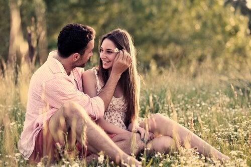 彼女の髪に花を挿す男性