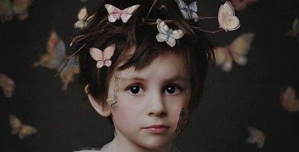 頭に蝶が留まる男の子