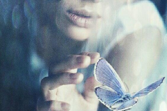 蝶に触れる女性