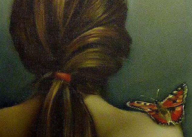 女性の方に留まる蝶