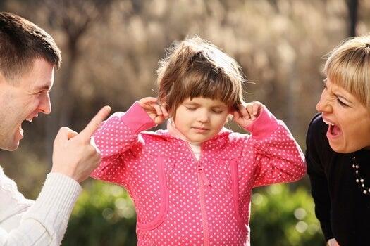 口論する親と耳をふさぐ子供