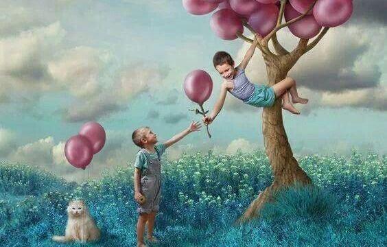 風船と二人の子供