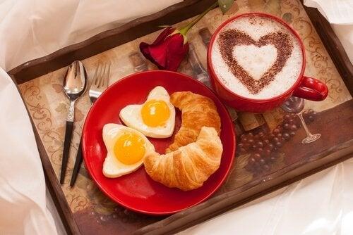 ハートがいっぱいの朝食