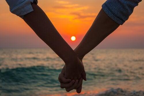 海辺の夕暮れに手を握る