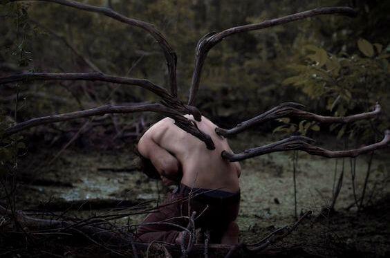 枝が生えた少年