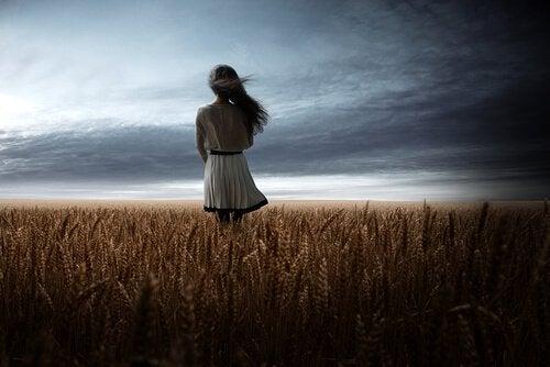 麦畑に立つ少女
