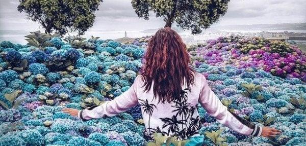 花畑の中を歩く女性