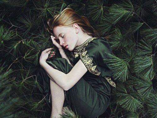 緑の中で眠る少女