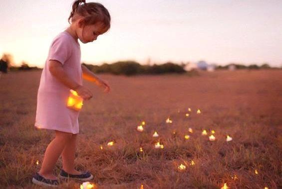 地面に広がる光を集める女の子