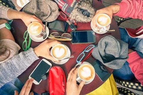 テーブルの上のコーヒーと携帯
