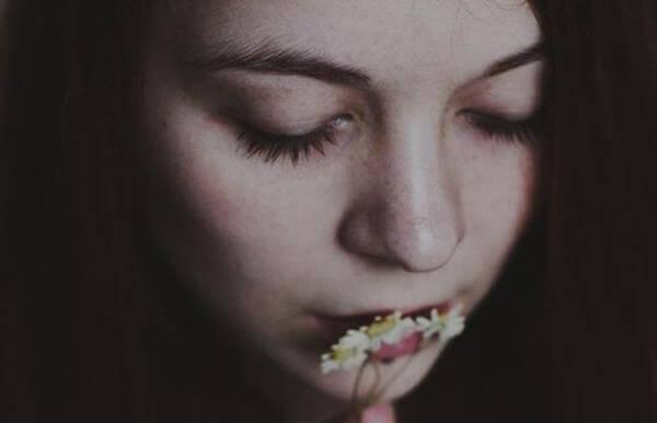 花にキスする女性