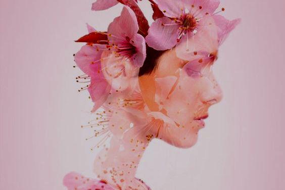 女性の横顔に映る花