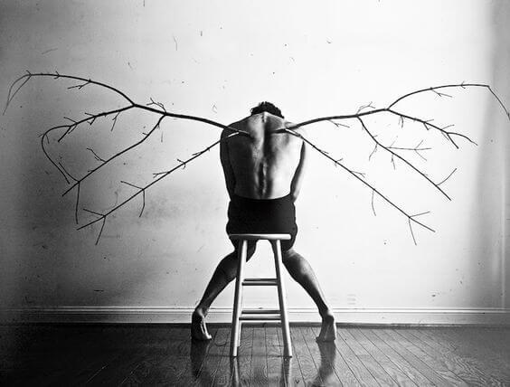 木の枝の羽が生えた男性