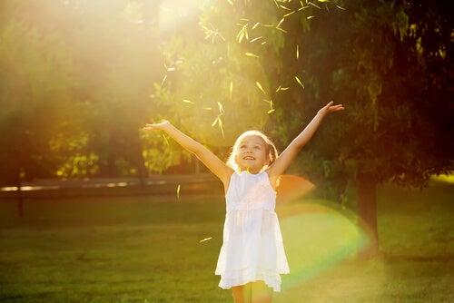 両手を広げる幸せな少女