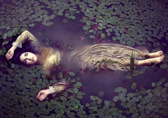 ハスに紛れて湖に浮く女性