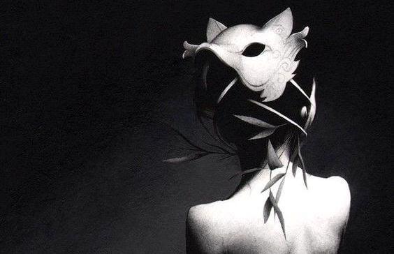 オオカミの仮面を後ろ向きにつけた女性