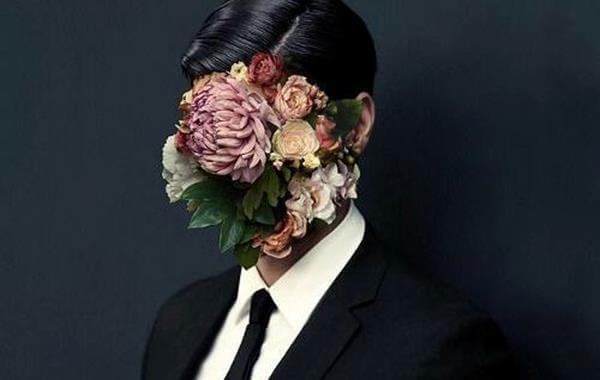 顔が花の男性
