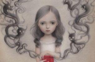 赤い箱を手にした少女