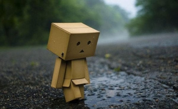 悲しい段ボール箱の人形