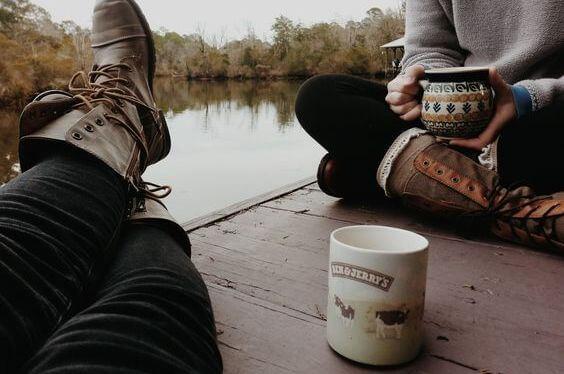 コーヒーを飲みながら友達とくつろぐ