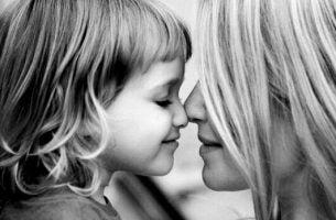 鼻をつける母親と娘