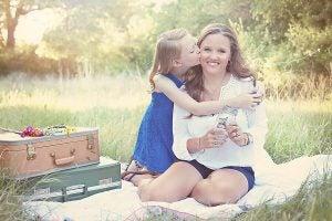 ピクニックをする母親と娘