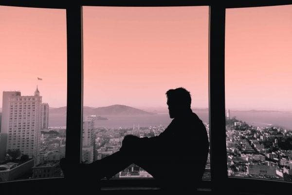 窓辺に座る男性の影