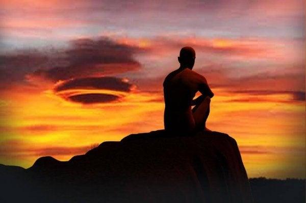 夕日の中に座る男性