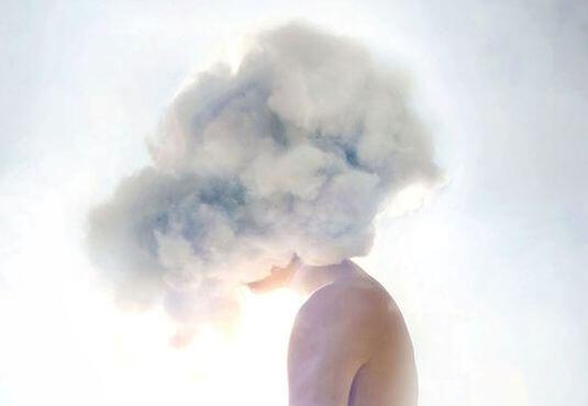 雲で頭が隠れた人