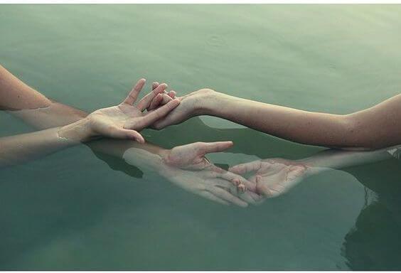 水の中で手を握る