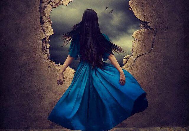 穴から外を見る青いドレスの女性