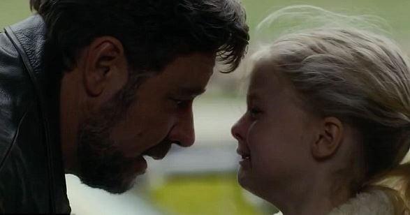 泣いている少女と父親