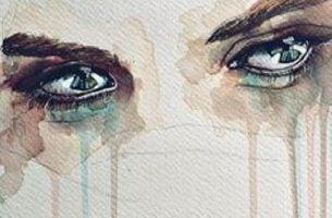 涙を流す目