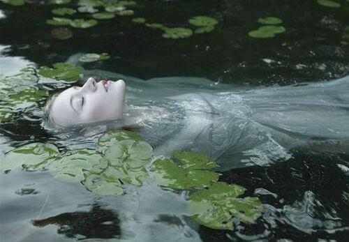池に浮かぶ女性