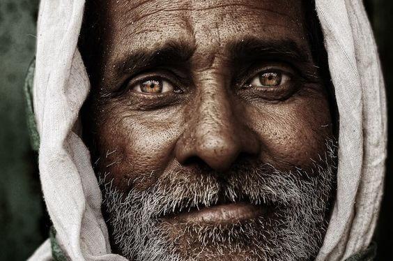 茶色い目の老人