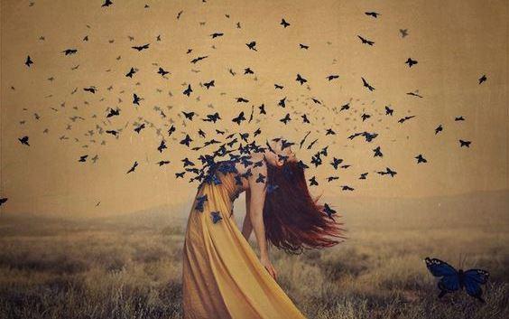 女性の体からあふれる蝶