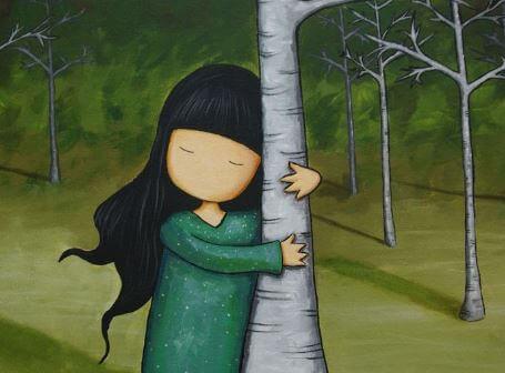 木に抱き着く女の子