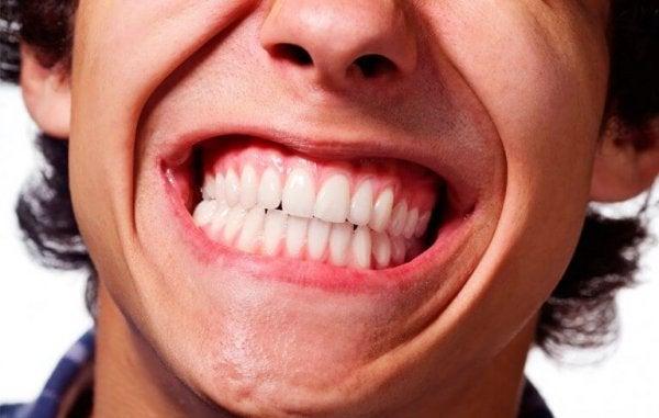 歯を見せる男性
